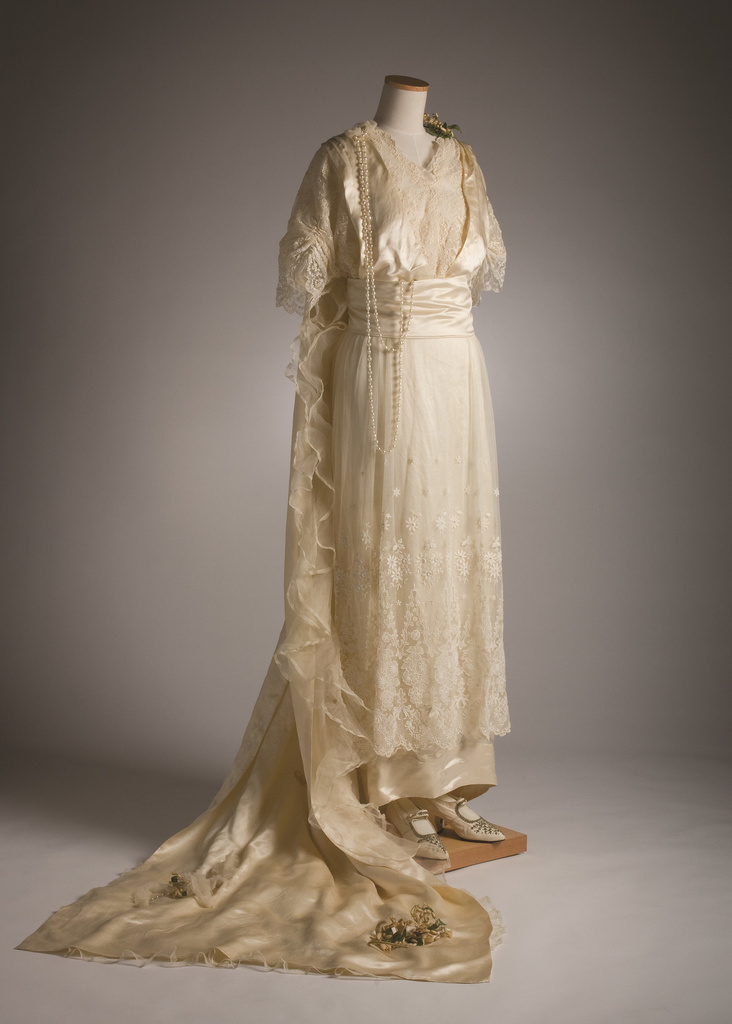<span></span>Wedding attire – skirt, bodice, train, veil, shoes, headdress 1915